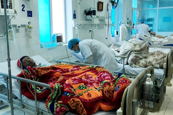 Victims of the mass poisnoning in Lai Chau are being treated in local infirmary (Photo: SGGP)