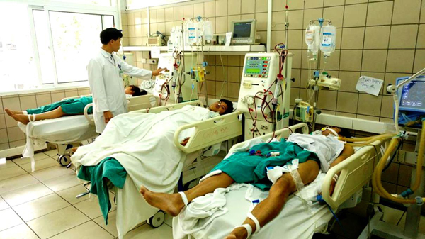 Poisoned students are treated in Bach Mai Hospital (Phto: SGGP)